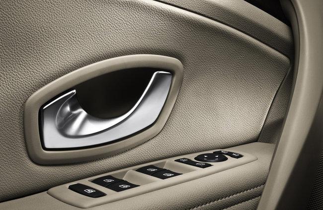 Чистка панелей автомобиля